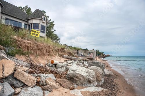 Carta da parati Beach houses on Lake Michigan, lake erosion dangerously close to houses, half th