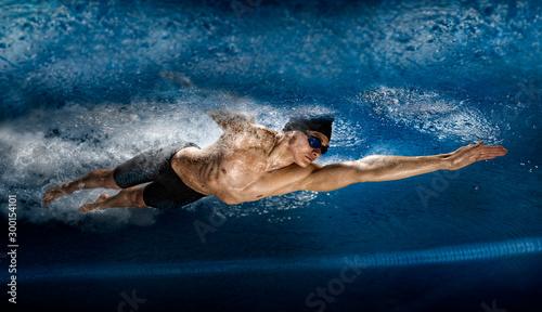 Photo Man in swimming pool. View underwater
