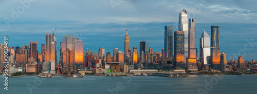 Obraz na plátně Panoramic view to West Side of Manhattan Skyline from Hamilton Park, Weehawken, across Hudson River