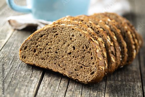 Fotografia Sliced whole grain bread with oat flakes. Wholemeal bread.