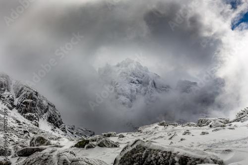 Fotografia Summit in the clouds with dramatic sky at the Rila mountain in Bulgaria, Maliovica