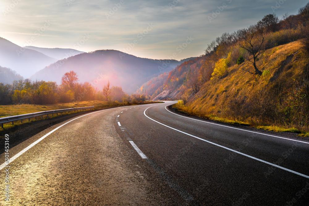Highway in mountains in autumn evening <span>plik: #301453169 | autor: alexugalek</span>