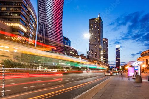 Warszawa nocą, długi czas naświetlania, smugi światła samochodów, Pałac Kultury w tle, Polska #302054929