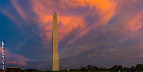 Fotografia Panorama of the Washington Monument during sunset with the clouds behind the monument lite in brilliant evening colors