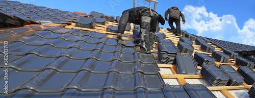 Fotografia Roofer tiling a new roof