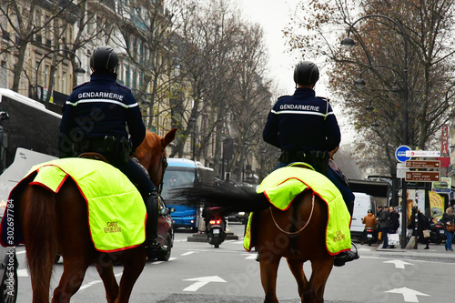 Foto Paris; France - december 2017 : mounted police in Opera district