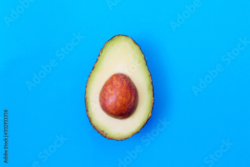 Foto open natural avocado isolated on color background