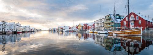 Fotografia beautiful fishing town of henningsvaer at lofoten islands, norway