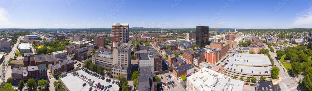 Manchester w centrum budynek wliczając City Hall Plaza i Brady Sullivan Plaza z Merrimack rzeką przy tło panoramy widok z lotu ptaka, Manchester, New Hampshire, NH, USA. <span>plik: #303047767 | autor: jiawangkun</span>