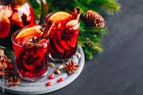 Fotografia Christmas sangria or mulled wine with apples, oranges, pomegranate and cinnamon sticks