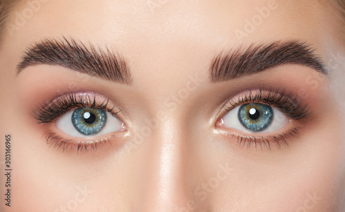 Fotografia Beautiful woman with long eyelashes, beautiful make-up and thick eyebrows