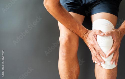 Posture image of musculoskeletal injury in the knee bone Fototapeta