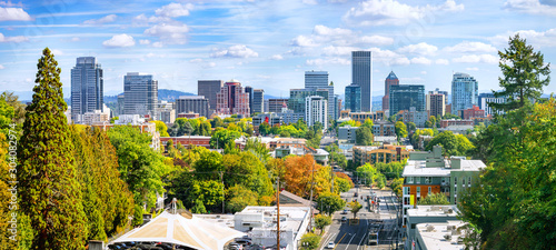 Fototapeta premium Klasyczny panoramiczny widok na słynną panoramę Portland z ruchliwą scenerią śródmieścia, kolorowymi liśćmi i kultowym Mount Hoodem w tle w piękny słoneczny jesienny dzień, American Northwest, Oregon, USA