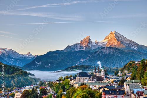 Fotografía The city of Berchtesgaden and Mount Watzmann in the Bavarian Alps