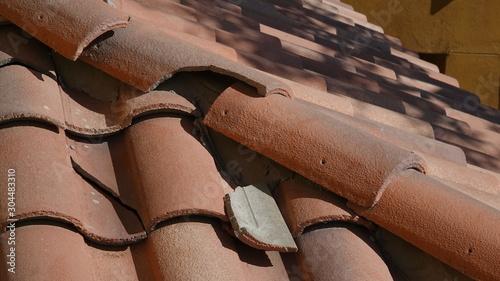Fotografia Broken roof tile