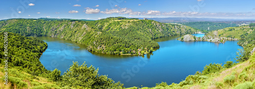 Fotografia Panoramic view of Gorges of Loire river and the natural reserve area in French Auvergne-Rhone-Alpes region