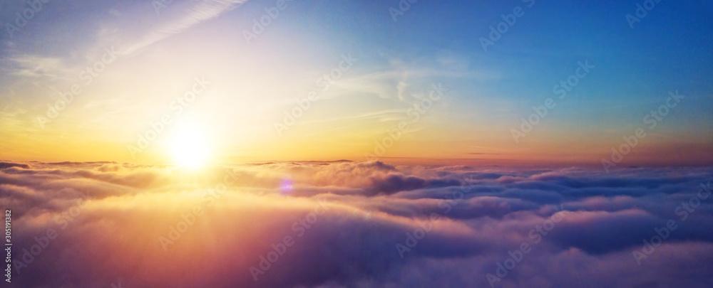 Pięknego wschodu słońca chmurny niebo od widok z lotu ptaka <span>plik: #305191382   autor: Jag_cz</span>