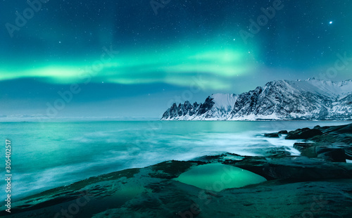 Foto Vivid Northern lights during polar night on Lofoten Islands in Norway