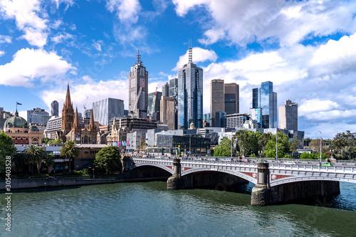 Fototapeta premium Melbourne / Australia - 25 października 2019 r .: dzielnica biznesowa Melbourne (CBD), rzeka Yarra, most Princess Bridge, Australia