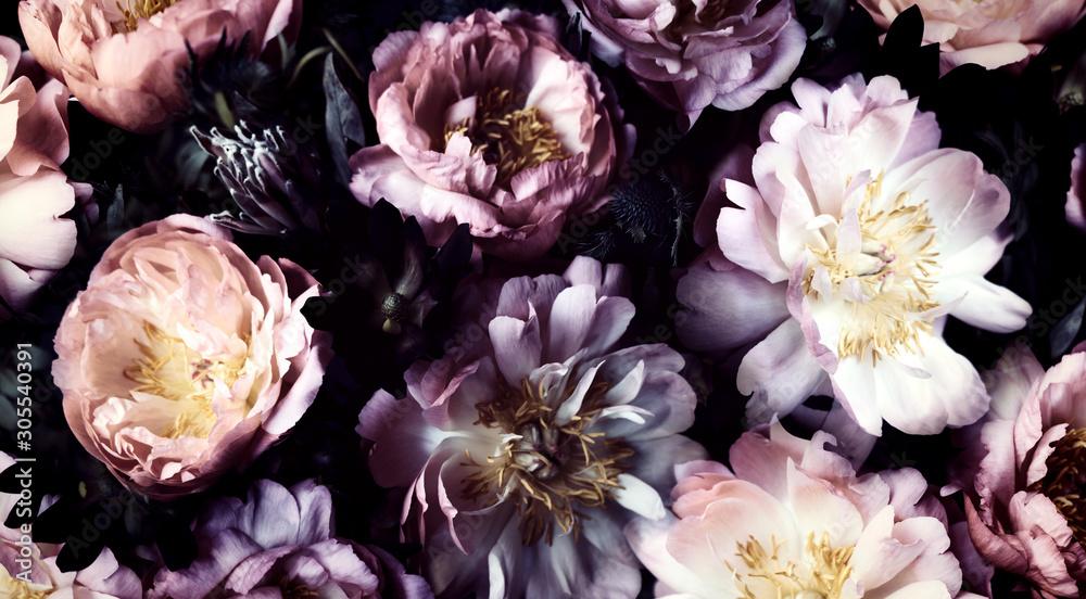 Vintage bukiet pięknych piwonii na czarno. Tło kwiatowy. Barokowy styl starej mody. Naturalne kwiaty wzór tapety lub karty z pozdrowieniami <span>plik: #305540391 | autor: Rymden</span>