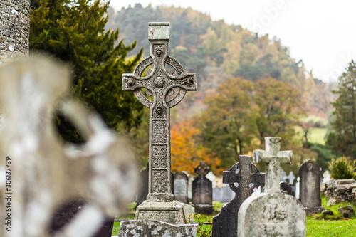 Steinkreuz in Glendalogh in Irland Wicklow Fototapet