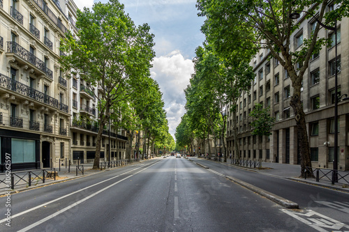 Photo The Boulevard Saint-Germain, a major street in Paris on the Left Bank of the River Seine