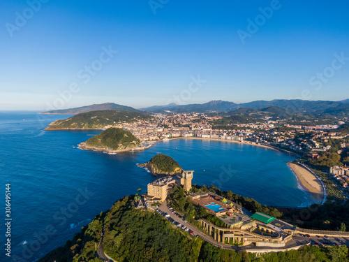 Fototapeta premium Widok z lotu ptaka na zatokę Concha w nadmorskim mieście San Sebastian, Hiszpania