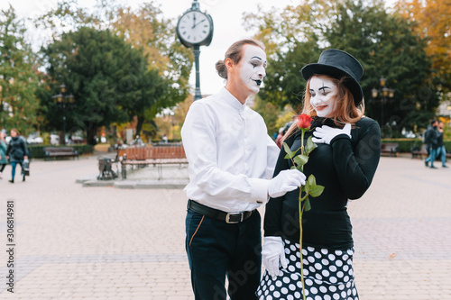 Photo A couple of merry mimes. He hurries on a date.