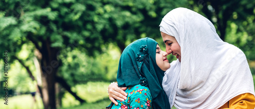 Photo Portrait of happy lovely family arabic muslim mother and little muslim girls chi