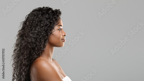 Obraz na płótnie Attractive afro girl with perfect skin and thick curly hair