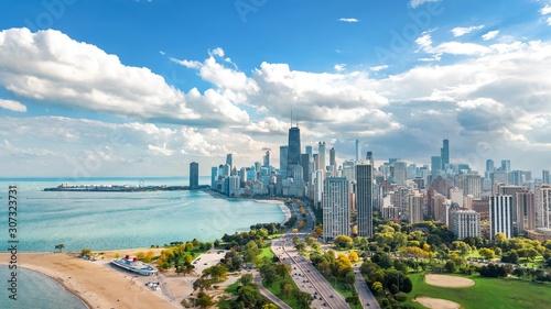 Fototapeta premium Chicago skyline widok z lotu ptaka drona z góry, jezioro Michigan i miasto Chicago wieżowce w centrum miasta Widok z lotu ptaka z parku Lincoln, Illinois, USA
