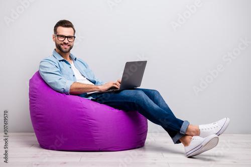 Carta da parati Full body profile photo of funny guy holding notebook browsing chatting colleagu