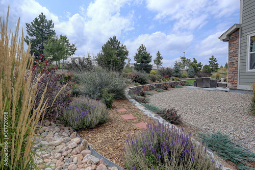 Photo Beautiful  residential rock, stone, and plant xeriscape landscaping in arid clim
