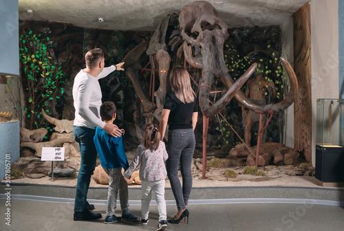 Fototapeta Family in the Museum