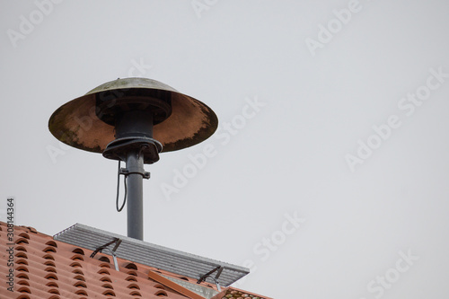 Fotografia fire siren on a roof to alarm the fire fighter brigade in case of an emergency,
