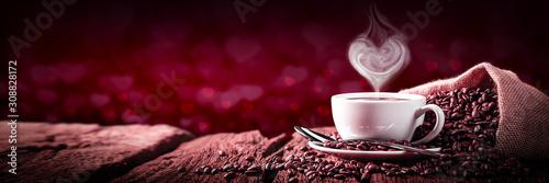 Kawa Z Kierową Kształtującą Parą Na Starym Wietrzejącym Stołowym I Czerwonym Kierowym Bokeh Tle - Walentynki Pojęcie