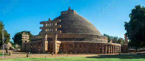 Photo Sanchi Stupa is a Buddhist complex, famous for its Great Stupa, on a hilltop at Sanchi Town in Raisen District of the State of Madhya Pradesh, India