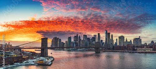 Panoramiczny widok na most brooklyński i Manhattan przy wibrującym zmierzchem, Miasto Nowy Jork
