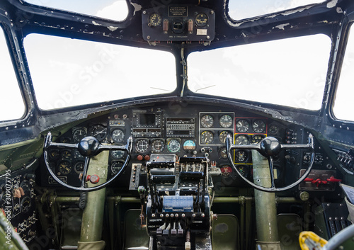 Canvas-taulu B-17 Flying Fortress cockpit with instrument panel and flight controls