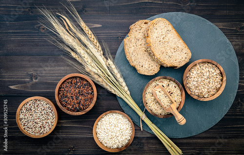 Fotografia Various natural organic cereal and whole grains seed in wooden bowl for healthy food ingredient product concept