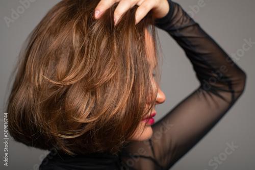 Fotografía Brunette girl with shiny hair. Beautiful woman with bob haircut