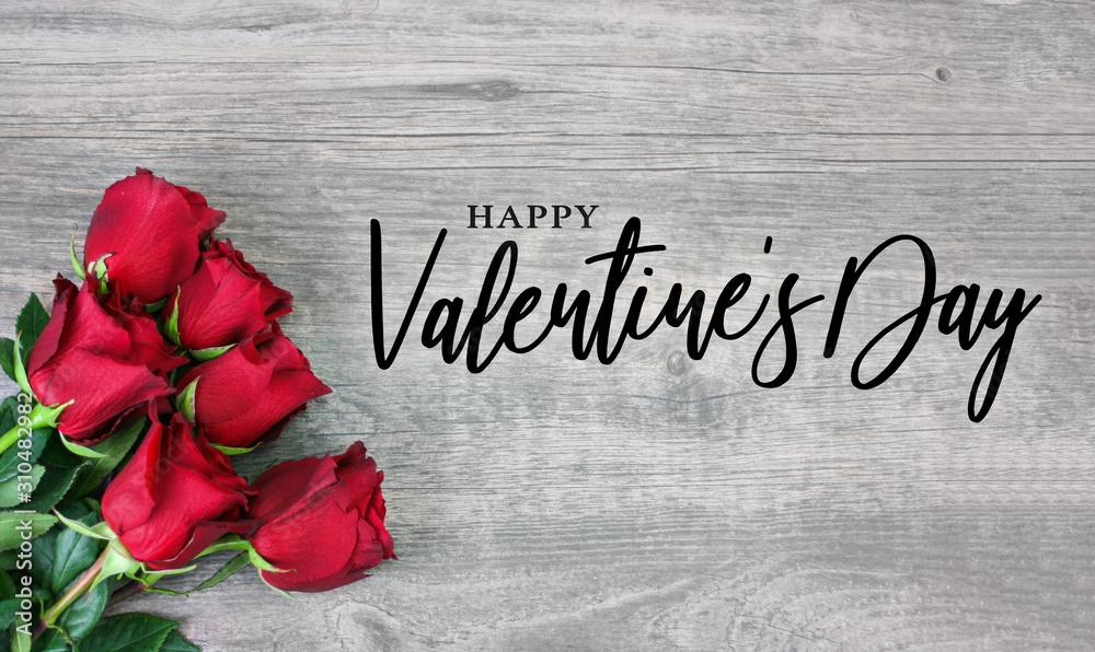 Szczęśliwych walentynek kaligrafia projektowanie logo z piękne czerwone kwiaty róży na rustykalnym tle drewna <span>plik: #310482982   autor: IrisImages</span>
