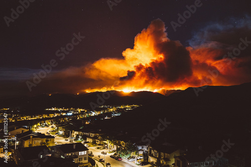 California wildfire burns near a residential area at night Fototapet