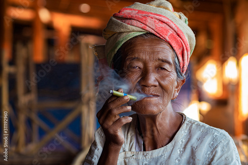 Tableau sur Toile Portrait of an Old Lady of Pa O Ethnic Minority Smoking a Burmese Cigar at Indei