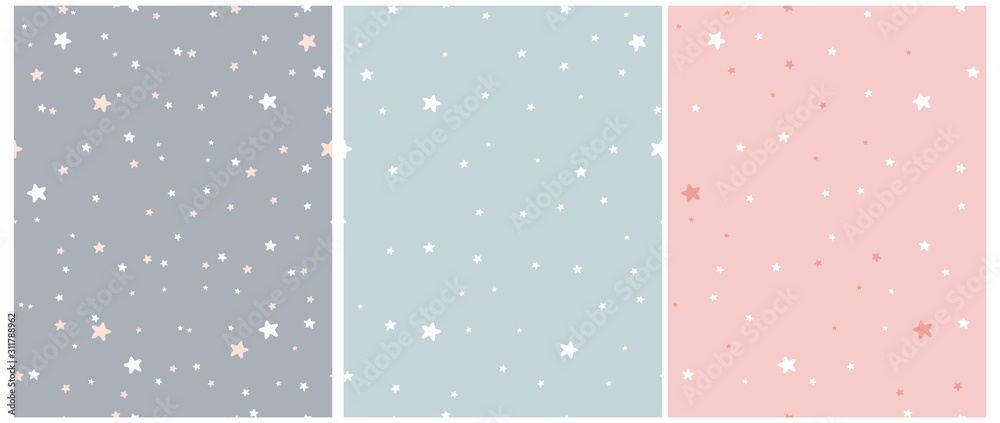 Tiny Stars Vector Patterns. Nieregularny ręcznie rysowane prosty gwiaździsty nadruk na tkaninie, tkaninach, papierze do pakowania. Infantile Style Galaxy Design. Małe gwiazdki na szarym, niebieskim i pastelowym różu. <span>plik: #311788962 | autor: Magdalena</span>