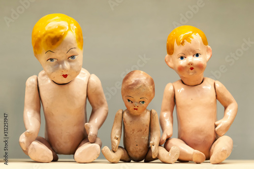 Canvas-taulu Very old naked and broken toy babies