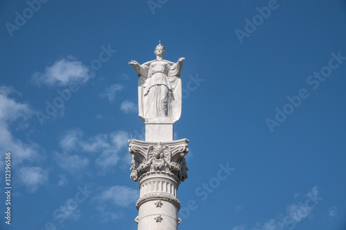Foto Column at Yorktown in Virginia, USA, commemorating surrender of British troops a
