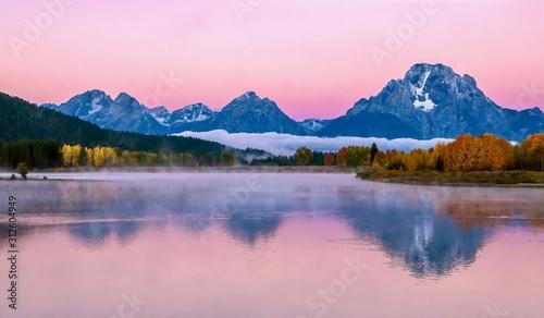 Photo The beautiful pink alpenglow over the dramatic Teton mountain range at sunrise on an autumn morning