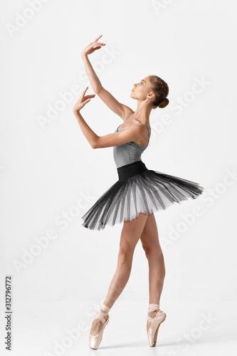 Photo ballet dancer posing in studio