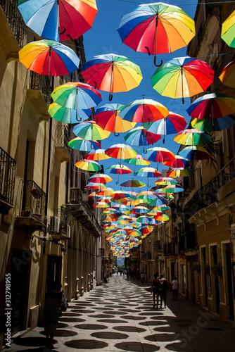 Regenschirme in der Fußgängerzone von Iglesias auf Sardinien am Mittelmeer